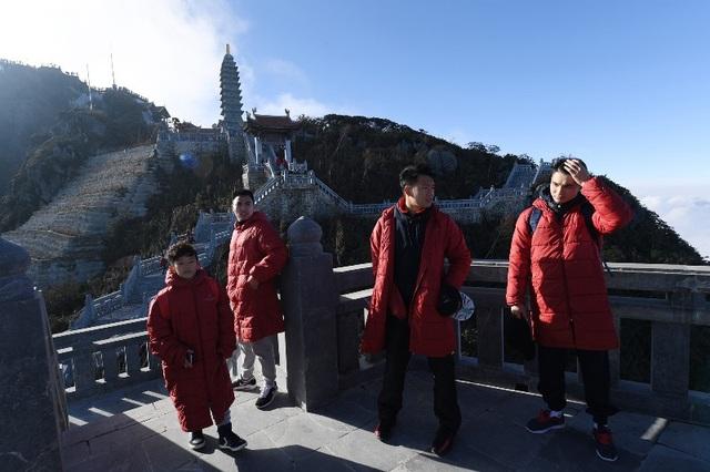 Các cầu thủ cầu sức khỏe, bình an cho gia đình và người thân tại tượng Quan Thế Âm Bồ Tát