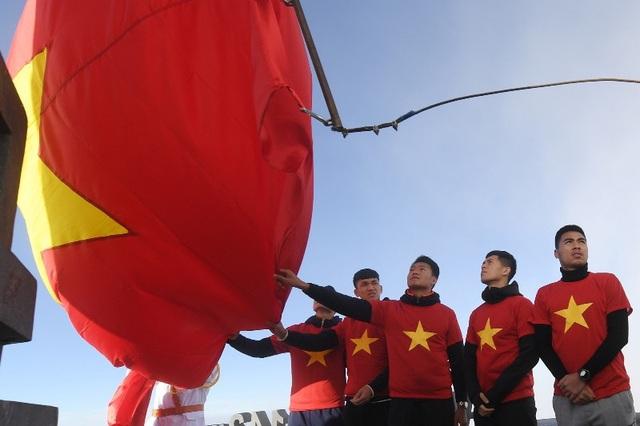 Các cầu thủ U23 Việt Nam và tuyển bóng đá nữ Việt Nam thực hiện nghi thức thượng cờ trên đỉnh Fansipan