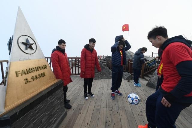 Màn biểu diễn ấn tượng với bóng của U23 Việt Nam trên đỉnh Fansipan