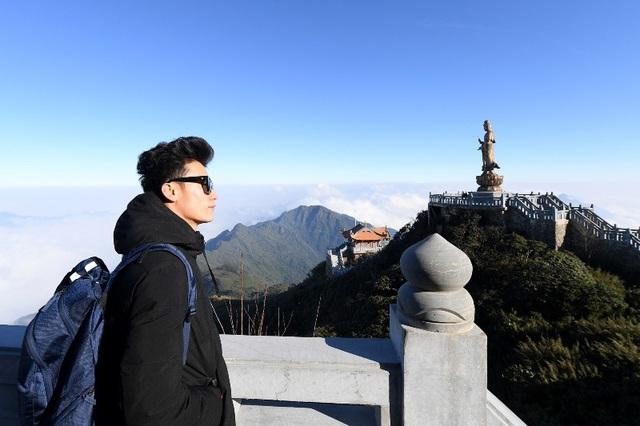 Bùi Tiến Dũng dừng chân ngắm cảnh tại chòi vọng cảnh cuối đường La Hán trước khi thăm quan tượng Quan Thế Âm Bồ Tát