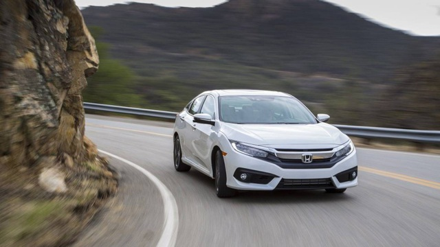3. Honda Civic (doanh số: 816.115 xe) Năm 2017 đánh dấu sự nhảy vọt của mẫu xe này, với doanh số tăng hơn 20%, nhảy 4 bậc, từ vị trí thứ 8 lên đứng thứ 3 trong Top 10 mẫu xe nhỏ bán chạy nhất thế giới.