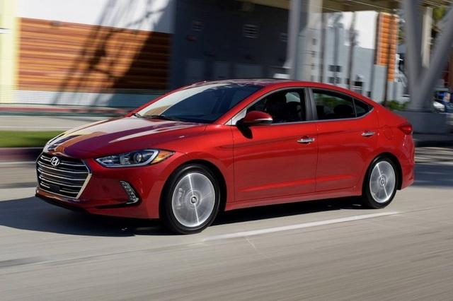 5. Hyundai Elantra (doanh số: 622.555 xe) Năm vừa qua không phải là mốc đáng nhớ đối với mẫu xe Hàn Quốc này, bởi doanh số sụt giảm tới 21%, và thứ hạng giảm 2 bậc, từ vị trí thứ 3 xuống đứng thứ 5 trong Top 10 mẫu xe compact bán chạy nhất thế giới.