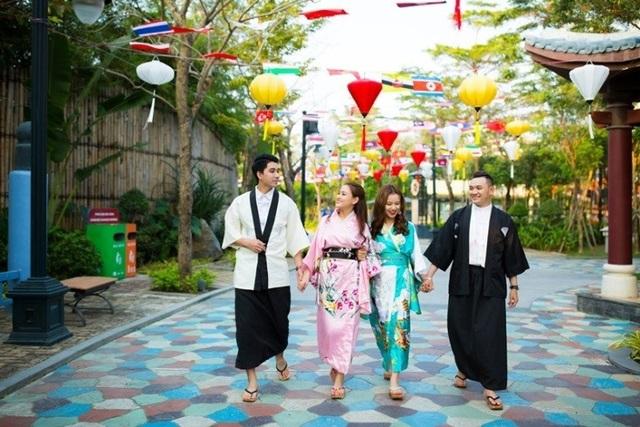 Một con đường trang hoàng rợp sắc cờ hoa của các nước APEC cùng với đèn lồng đỏ treo cao. Du khách thích thú khi được khoác lên mình trang phục truyền thống của các quốc gia châu Á.