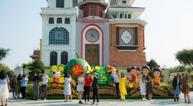 Giữa những mai vàng với cờ hoa rực rỡ sắc xuân, bánh chưng xanh câu đối đỏ, du khách còn được trải nghiệm Tết cổ truyền đúng điệu với các hoạt động vui chơi giải trí mang đậm bản sắc dân tộc.