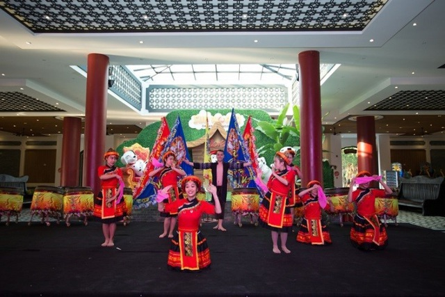 """Sân khấu lễ hội liên tục được khuấy động bởi những màn biểu diễn nghệ thuật hiện đại, độc đáo mang đặc trưng của các quốc gia châu Á, bênh cạnh xiếc, múa lân, trống hội… và nhiều tiết mục nghệ thuật truyền thống. Đến lễ hội """"Mai vàng sắc xuân"""", du khách như đi giữa những niềm vui."""