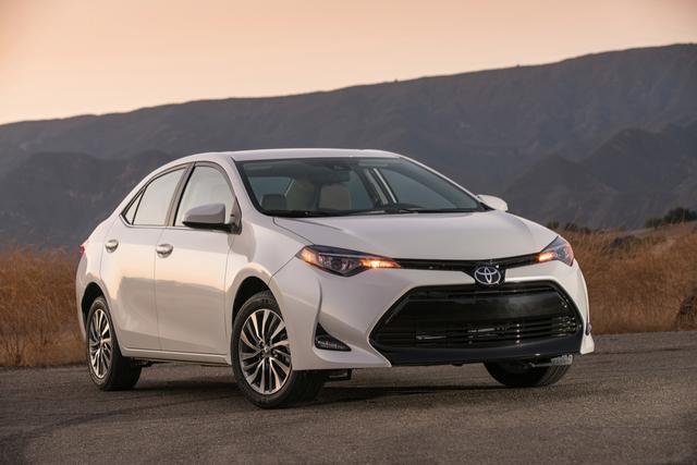 1. Toyota Corolla (doanh số: 1.208.179 xe) Là mẫu xe bán chạy nhất thế giới năm 2017 nên đương nhiên Toyota Corolla cũng là mẫu xe bán chạy nhất phân khúc xe nhỏ, dù doanh số giảm 7,9% so với năm 2016. Dù là mẫu xe bán chạy nhất thế giới trong suốt 20 năm qua, nhưng điều ngạc nhiên là Toyota Corolla không phải là mẫu xe bán chạy nhất ở thị trường đơn lẻ nào.