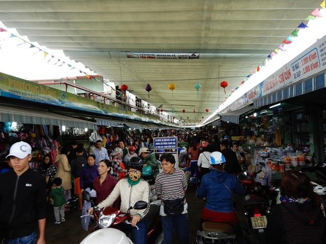 Dòng người đổ về chợ Cồn sắm Tết