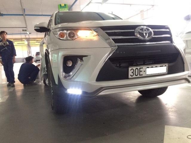 Chiếc xe Toyota Fortuner được độ Body Kit trông không khác nào dòng xe sang Lexus 570 về độ hầm hố và vẻ ngoài sang chảnh. Toàn bộ body kit này được nhập từ Thái Lan.
