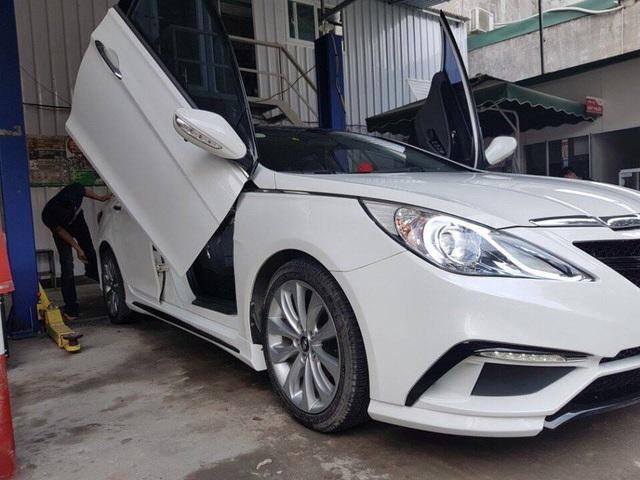 Một chiếc xe thông thường của Hyundai cũng được chỉ nhân chi khoản tiền đậm để độ phong cách xe mui trần, cửa xe gập lên như xe siêu sang. Để hoàn thành tác phẩm này, thợ phải bỏ khoảng 3 hôm với chi phí không dưới 10 triệu đồng.