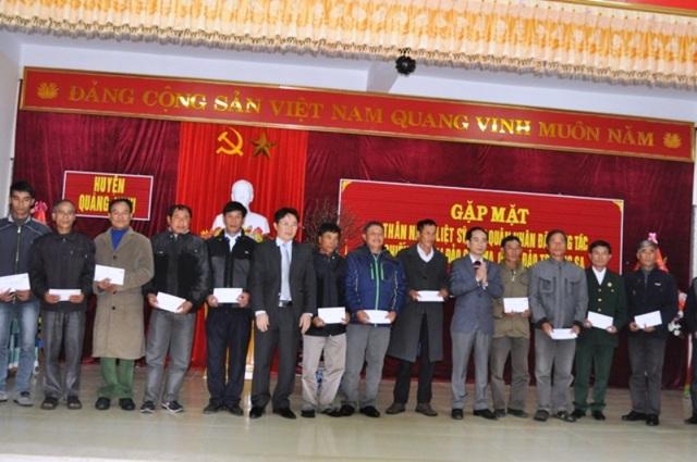 Lãnh đạo huyện Quảng Ninh tặng quà cho 18 cựu quân nhân ở xã Hải Ninh đã công tác tại Trường Sa