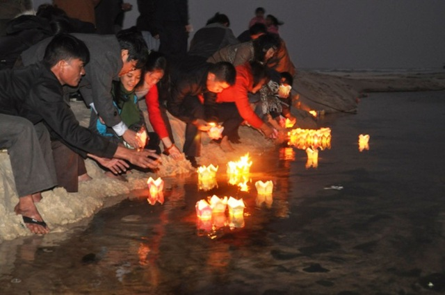 ... và thả đèn hoa đăng để tưởng nhớ tới các anh hùng, liệt sỹ đã anh dũng hy sinh ở Trường Sa để bảo vệ biển đảo thiêng liêng của Tổ quốc