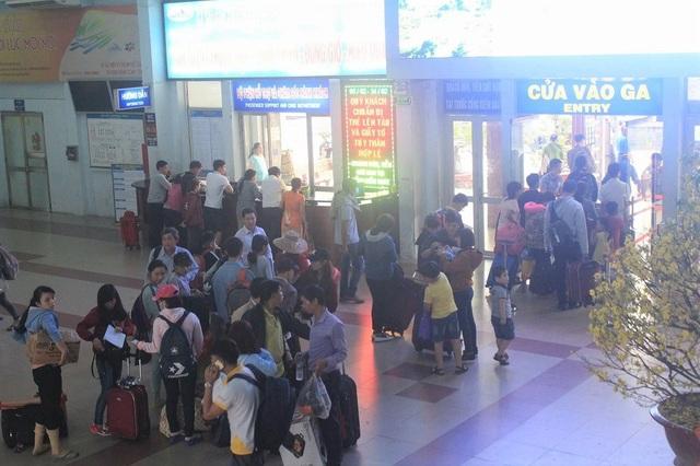Hành khách chờ làm thủ tục lên tàu ở ga Sài Gòn