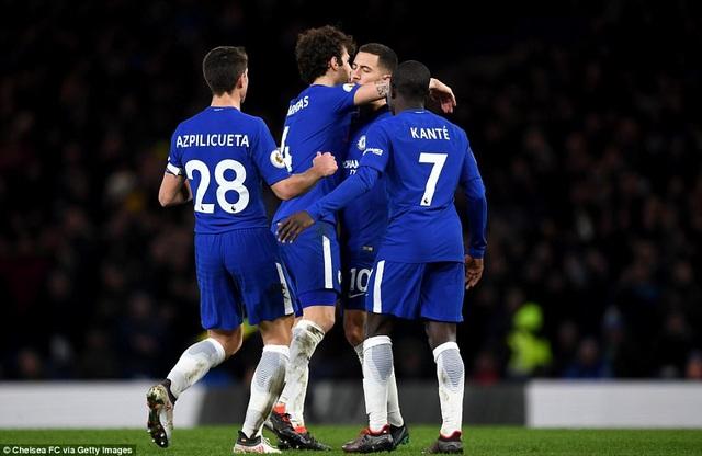 Các cầu thủ Chelsea chia vui với Hazard (thứ hai từ phải sang) sau khi cầu thủ người Bỉ ghi bàn