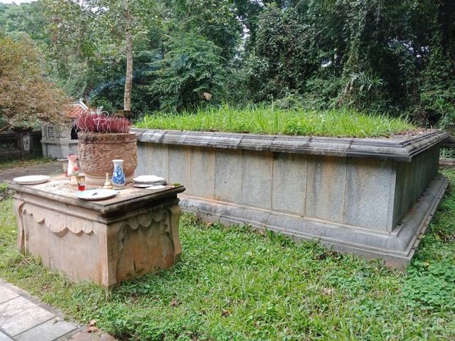 Cụ cây nằm ngay cạnh mộ vua Lê Thái Tổ