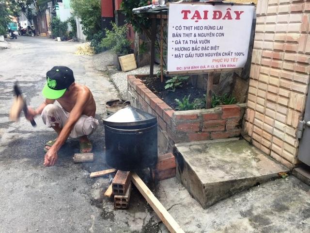 Sau khi làm thịt heo thì phần nội tạng heo sẽ được chế biến sạch sẽ và nấu chín cho khách về sử dụng