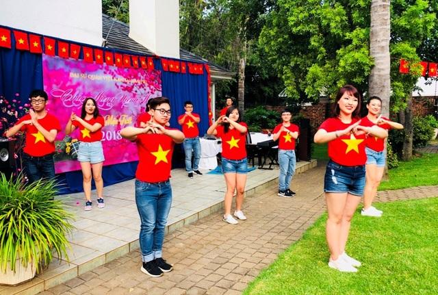Chương trình văn nghệ mang màu sắc Xuân Việt Nam (Ảnh: HS)
