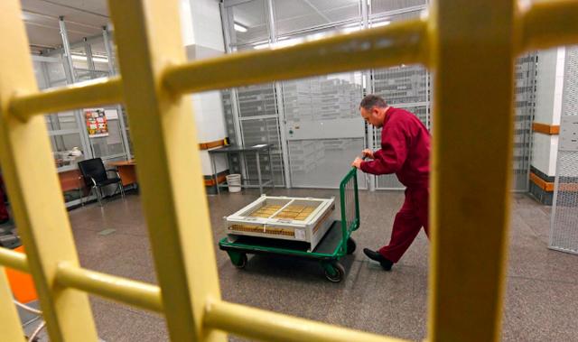Các nhà báo của tờ Komsomolskaya Pravda là những nhà báo đầu tiên được phép tiếp cận kho vàng dự trữ của Ngân hàng Trung ương Nga. Tổng khối lượng vàng trong kho dự trữ của Nga đã vượt qua mức 1.800 tấn, đưa Nga trở thành quốc gia đứng thứ 6 thế giới về dự trữ vàng.