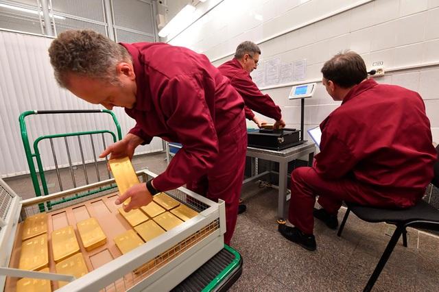 Công việc của các nhân viên bên trong kho vàng của Nga được cho là không hề dễ dàng khi họ phải vận chuyển hàng loạt thỏi vàng nặng tới 13 kg mỗi ngày.