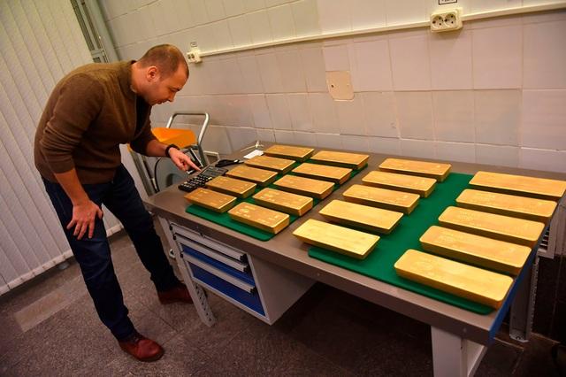 Một trong những quy tắc làm việc tại kho vàng là các nhân viên phải kê vàng trên những tấm vải xanh đặc biệt để tránh làm xây xước cũng như biến dạng vàng.