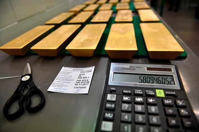 Các thông tin quan trọng như tên nhà sản xuất, địa chỉ, thời điểm sản xuất và trọng lượng đều được đánh dấu trên mỗi thỏi vàng.