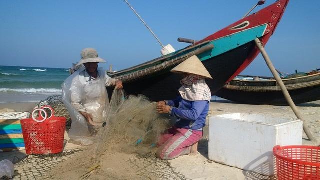 Ngư dân Cửa Việt kiểm tra, thu xếp lại ngư lưới cụ để chuẩn bị đón Tết