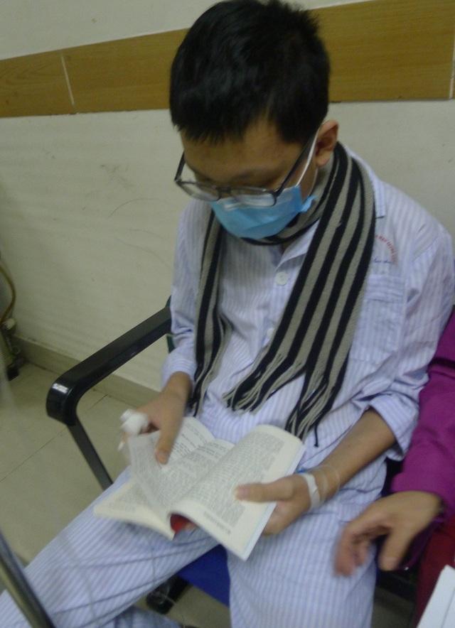 Cậu bé Tiến Thăng (15 tuổi) bị ung thư máu, hiện đang điều trị tại Viện huyết học truyền máu TW.
