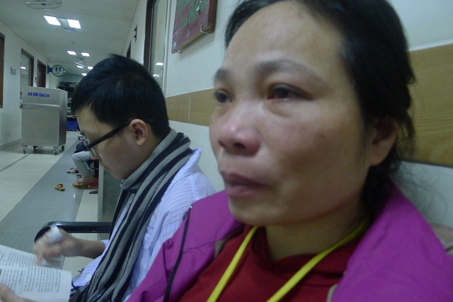 Đã quá lịch hẹn lên viện điều trị nhưng cô giáo Hoàn còn đang phải chăm con ở Viện huyết học truyền máu TW.
