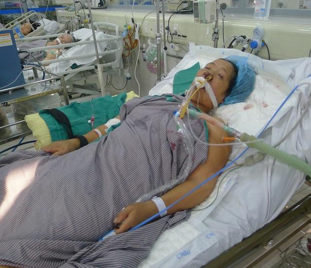 Tại khoa HSTC chị phải tiến hành lọc máu, sử dụng kĩ thuật cao tim phổi nhân tạo với chi phí lên đến hàng trăm triệu đồng.