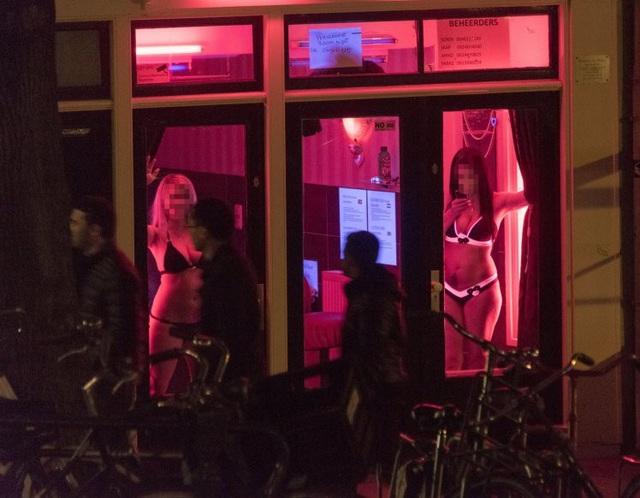 Hé lộ sự thật về những người phụ nữ sau khung cửa kính trên phố đèn đỏ Amsterdam - 1