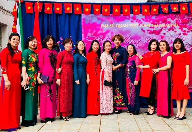 Tà áo dài Việt Nam luôn khoe sắc rực rỡ khắp muôn nơi.(Ảnh: Vu Dzung)