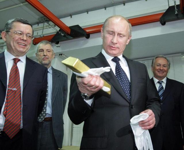 Tổng thống Nga Vladimir Putin cầm trên tay một thỏi vàng (Ảnh: Getty)