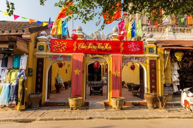 Các hội quán, đình, chùa cổ kính đã trang hoàng rực rỡ đón Tết