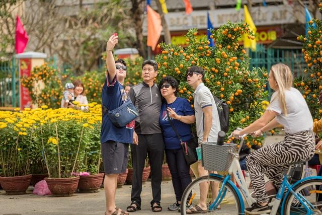 Du khách nao nức với không khí sắp Tết ở đường hoa xuân phố Hội