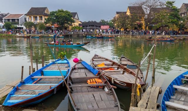 Sông Hoài bình yên chảy giữa lòng phố cổ. Nhiều chủ ghe cũng sắm một chậu quật nhỏ trưng bày đón Tết