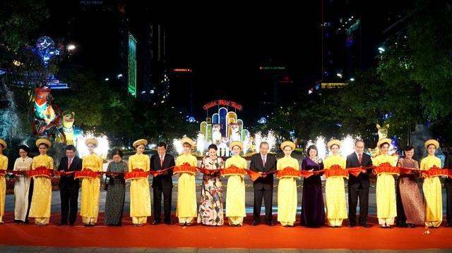 Các vị lãnh đạo Trung ương, Thành phố HCM cắt băng khai mạc đường hoa