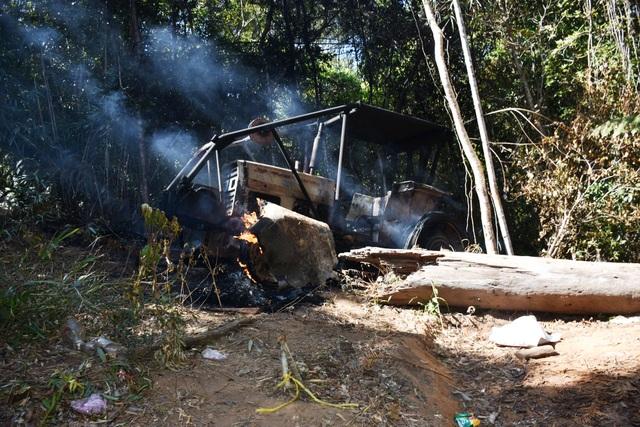 Thấy động các đối tượng lâm tặc đã đốt luôn chiếc xe độ chế dùng để kéo gỗ