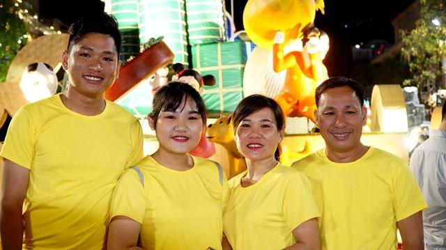 Anh Lê Tuấn Kiệt (ngoài cùng bên phải) dẫn gia đình từ Hóc Môn lên đây trải nghiệm đường hoa