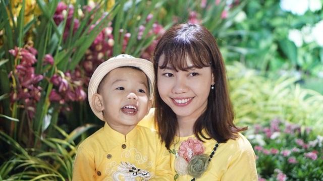 Hai mẹ con bên những luống hoa