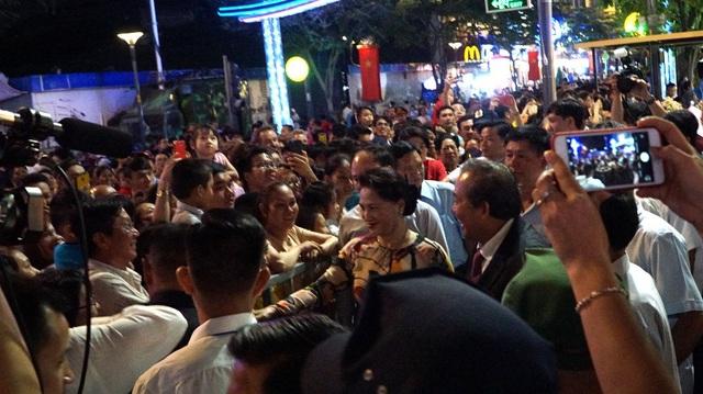 Chủ tịch Quốc hội Nguyễn Thị Kim Ngân và Phó Thủ tướng Trương Hòa Bình tiến về hàng rào bắt tay chào hỏi, chúc tết người dân sau giờ khai mạc