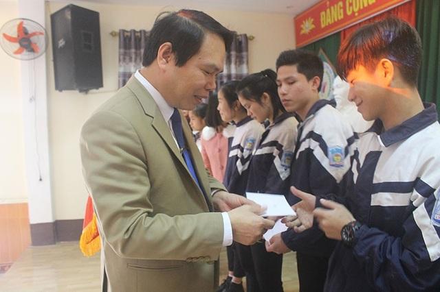 Lãnh đạo nhà trường trao quà, động viên các em học sinh có hoàn cảnh khó khăn trong dịp Tết Nguyên Đán.