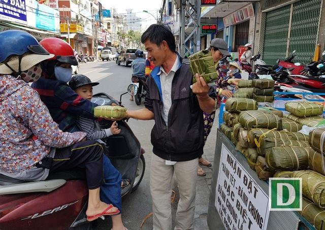 Mỗi ngày, mỗi điểm bán bánh tét trên đường Thống Nhất bán ra hàng trăm bánh tét