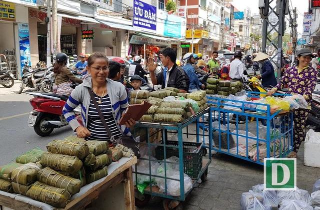 """Bánh chưng, bánh tét… đắt hàng từ """"lò ra phố"""" ngày giáp Tết ở Nha Trang"""