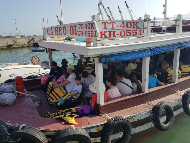 Nha Trang: Bến tàu du lịch đông nghịt khách ngày giáp Tết - 1