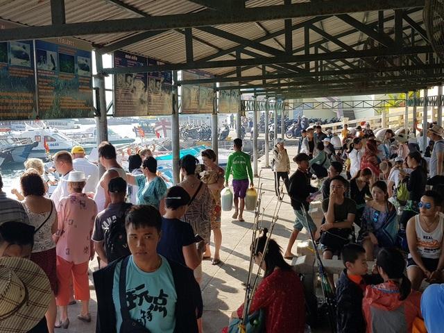Nha Trang: Bến tàu du lịch đông nghịt khách ngày giáp Tết - 3