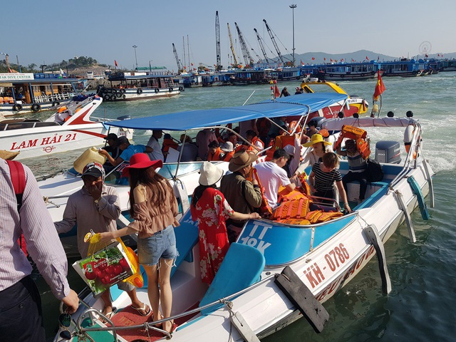 Nha Trang: Bến tàu du lịch đông nghịt khách ngày giáp Tết - 5