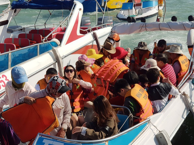 Nha Trang: Bến tàu du lịch đông nghịt khách ngày giáp Tết - 8
