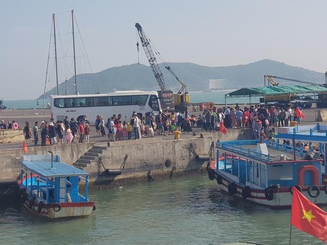 Cảng Nha Trang cũng đón một lượng lớn khách Trung Quốc vào sáng 14/2