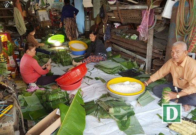 Lò gói bánh tét, bánh chưng… ở Nha Trang tất bật ngày giáp Tết