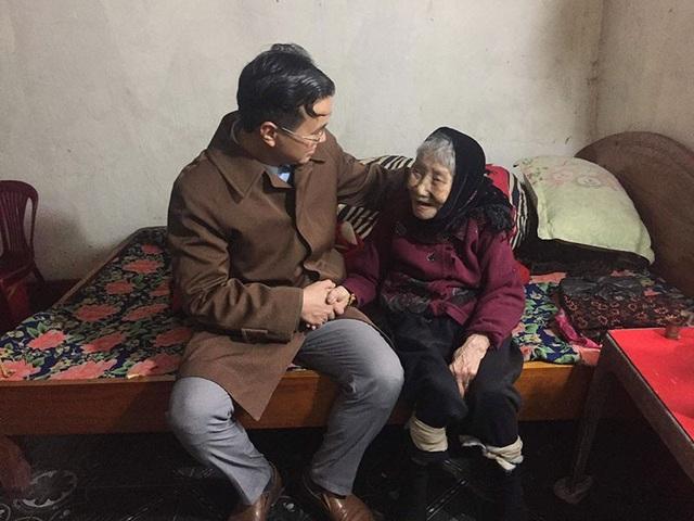Đại diện trường THPT Lý Tự Trọng thăm mẹ Việt Nam anh hùng mà Đoàn trường nhận chăm sóc.