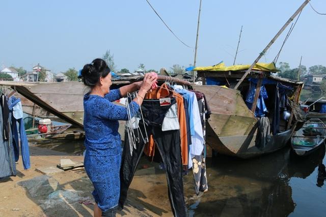 Người dân phơi áo quần của cả gia đình vừa mới giặt xong khi trời vừa hửng nắng